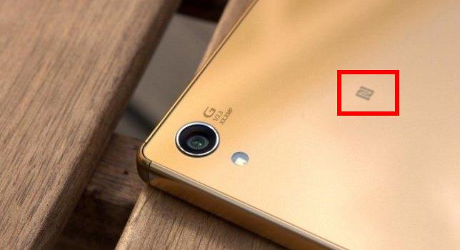Значок NFC на корпусе смартфона